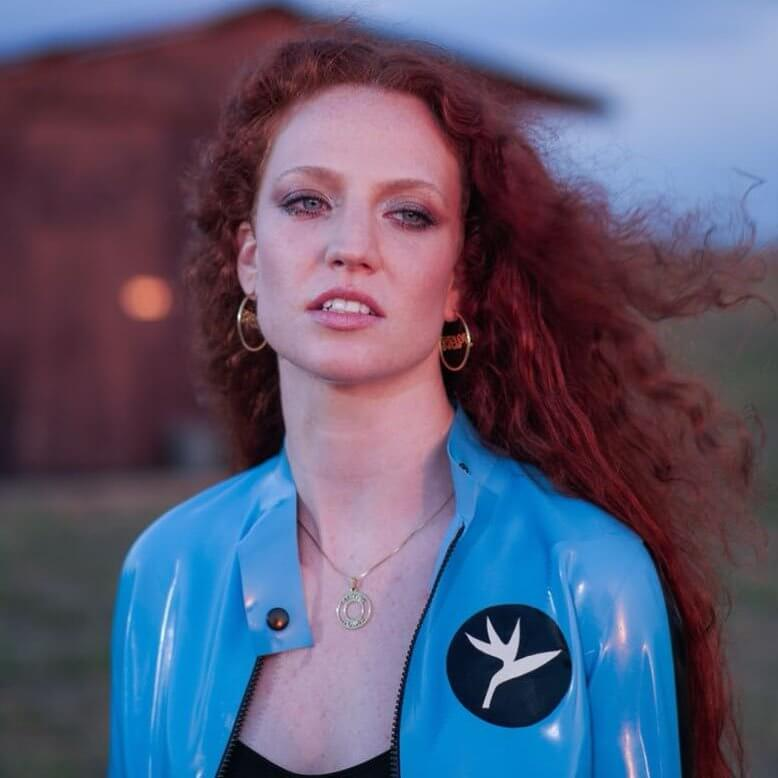 Латекс в видео I will Be There от Jess Glynne