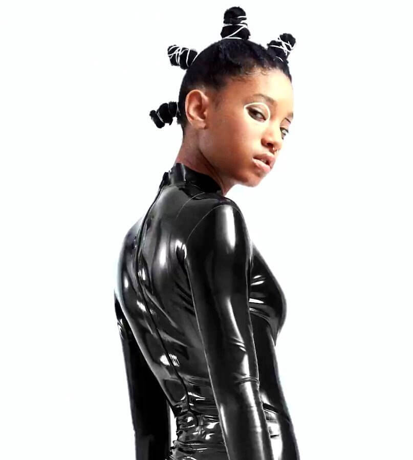 Willow Smith в кэтсьюте из латекса
